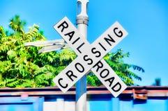 korsande järnvägtecken Arkivfoto