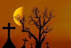 Korsar det döda trädet för den läskiga konturn och den spöklika konturn i mystikerkyrkogård med halvmånen Royaltyfri Bild