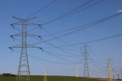Korsar elektriska linjer för hög spänning den elektriska stationen för bergig mestnost i sommaren under den öppna himlen bunden i Royaltyfria Foton
