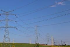 Korsar elektriska linjer för hög spänning den elektriska stationen för bergig mestnost i sommaren under den öppna himlen bunden i Royaltyfria Bilder