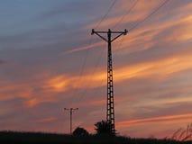 Korsar elektriska linjer för hög spänning den elektriska stationen för bergig mestnost i sommaren under den öppna himlen bunden i Arkivbilder