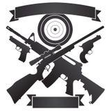 Korsat jaktgevär och halvautomatiskt gevär med pistoler och målet stock illustrationer