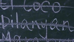 Korsat skriva ut på svart tavla, närbild stock video