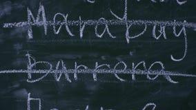 Korsat skriva ut på svart tavla, närbild lager videofilmer