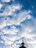 Korset av den ortodoxa kristna kyrkan mot den molniga sken Fotografering för Bildbyråer