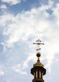 Korset av den ortodoxa kristna kyrkan mot den molniga sken Royaltyfri Foto
