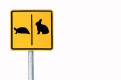 Korset för varningstecknet den vägkaninen och sköldpaddan parkerar offentligt arkivbild