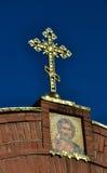 Korset på kyrkan på bakgrund för blå himmel Arkivbilder