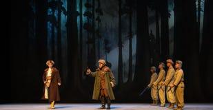 "Korset undersöker enPeking opera som ""Taking Tiger Montain By Strategyâ € Royaltyfri Bild"