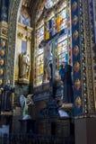 Korsfästelse och målat glass i kyrkan av helgonet-Eustache Royaltyfria Foton