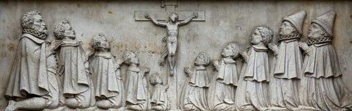 Korsfästelse på fasaden av domkyrkan för St Stephen ` s i Wien Royaltyfri Bild