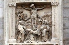 Korsfästelse på fasaden av domkyrkan för St Stephen ` s i Wien Fotografering för Bildbyråer
