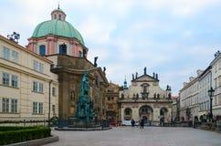 Korsfarare kvadrerar, kyrkan av St Francis av Assisi, kyrka av St Salvator, Prague, Tjeckien arkivbild