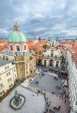 Korsfarare kvadrerar, sikten från det gamla stadbrotornet, den Prague Tjeckien Bästa sikt för Prague centrum arkivfoto