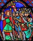 Korsfarare - målat glass i domkyrka av Tours, Frankrike royaltyfria bilder