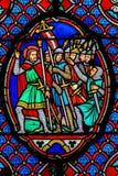 Korsfarare - målat glass i domkyrka av Tours, Frankrike arkivfoto
