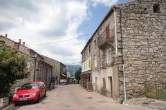 Korsische Dorfstraßenansicht, alte Steinhäuser Lizenzfreie Stockbilder