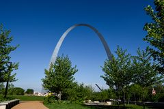 Korsning Amerika, Saint Louis och den legendariska bågen arkivfoto