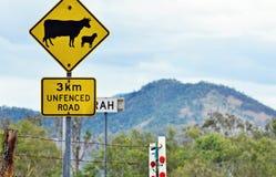 Korsning för får för varningsvägmärkenötkreatur i lantlig bygd Arkivbild