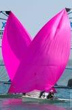 Korsning spinnakers på medborgarna 49erFX Arkivfoto