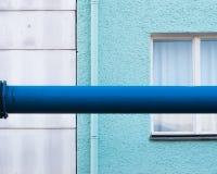 Korsningen av en turkos och ett blått rör arkivfoton