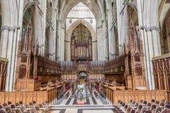 Korstolar i en kyrka arkivfoton