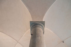Korsvalv och kolonn royaltyfri bild