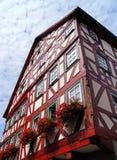 Korsvirkes- hus i den gammala townen arkivbild