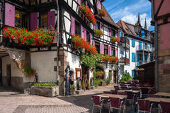 Korsvirkes- hus i den historiska mitten av Obernai i Alsace Royaltyfria Bilder