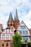 Korsvirkes- hus och kyrka för St. Marys av Geln royaltyfria foton