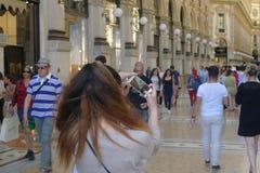 Kort av en flicka som tar en selfie Fotografering för Bildbyråer