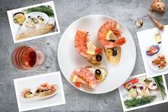 Kort av olika smörgåsar med havs- ordnat på lantlig träbakgrund med plattor med mat och snäckskal Royaltyfria Bilder