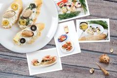 Kort av olika smörgåsar med havs- ordnat på lantlig träbakgrund med plattor med mat och snäckskal Arkivfoton