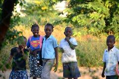 Kort av skolbarn som passerar bt Royaltyfria Bilder