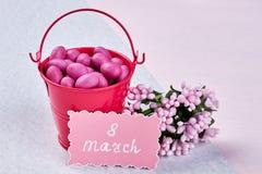 Kort, blommor, hink och konfekt royaltyfri foto