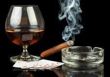 Kort, cigarr och exponeringsglas av whisky Royaltyfria Bilder
