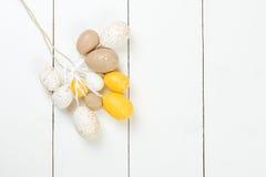 kort easter Påskägg på vit träbakgrund Fotografering för Bildbyråer