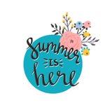 Kort eller affisch för sommarsäsong Vektortitelsommar är här Tecknad filmblomma- och bokstävercitationstecken Fotografering för Bildbyråer