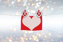 Kort för dag för valentin` s med hjärtor och utrymme som skrivar förälskelsebrevet, text Arkivfoto