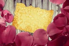 Kort för dag för valentin` s med retro stil för rosa kronblad Royaltyfri Fotografi