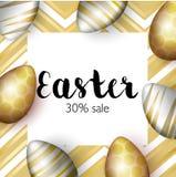 Kort för Greating påskhälsning, realistiska guld- easter ägg på ljus bakgrund med guld- beståndsdelar Inskriftförsäljning 30 Arkivfoto