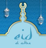 Kort för hälsning för Eid aladha med en blå moskékupol och lyktor royaltyfri foto