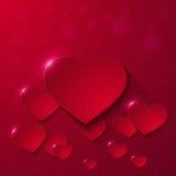 Kort för hälsning för dag för valentin` s med pappers- hjärtor på röd bakgrund Royaltyfria Bilder
