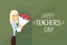 Kort för hälsning för kvinnahållRose Flower Bouquet Teacher Day ferie Arkivfoton