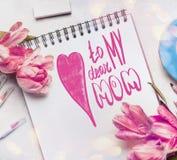 Kort för hälsning för moderdag med text som märker till min kära mamma, gräns - rosa tulpan, anteckningsbok Arkivfoto