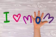 Kort för hälsning för moderdag med plasticinetextmallen Handgjord hantverkgåva för roliga ungar för mamma För affisch gåvakort fotografering för bildbyråer