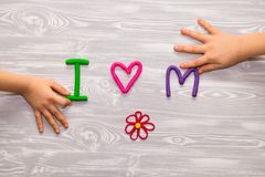 Kort för hälsning för moderdag med plasticinetextmallen Handgjord hantverkgåva för roliga ungar för mamma För affisch gåvakort royaltyfri foto