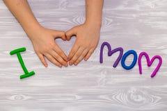 Kort för hälsning för moderdag med plasticinetextmallen Handgjord hantverkgåva för roliga ungar för mamma För affisch gåvakort arkivfoton