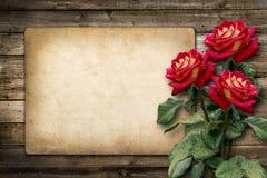 Kort för inbjudan eller lyckönskan med den röda rosen Royaltyfria Foton