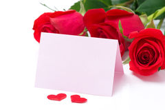Kort för lyckönskan och rosor på en vit bakgrund Arkivbilder